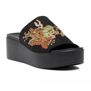 NWOB BEBE Dragon Embroidered Size 8 Slide Sandal
